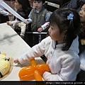 110115 (37) 小朋友輪流切蛋糕   換 Tinnie 切蛋糕.JPG