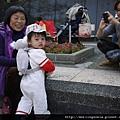110206 (08) 心肝阿嬷很滿足的看著孫子們.JPG