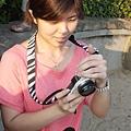 110803 (095) 當媽媽的在幫小孩照相時之溫柔神情.JPG