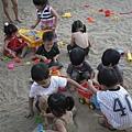 110803 (162) 小孩們全都很專心玩沙.JPG