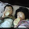 110820 (2) 姊弟倆的姿勢一模一樣 邊喝奶邊睡.JPG