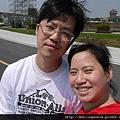 110401 (071) 爸媽在自拍..Bernie 居然自己跑好遠了.JPG