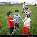 110410 (078) 小孩們一起玩 大人拿相機捕捉他們的身影.JPG