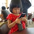 110903 (002) 玩媽媽的手機.JPG