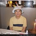 111001 (15) 戴上生日帽.JPG