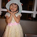 111001 (32) Tinnie 戴生日帽.JPG