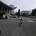 111008 (004) Tinnie 騎車過來.JPG