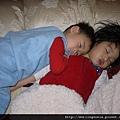 111215 (1) Bernie 靠著姊姊睡覺.JPG