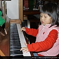 111201 (5) Tinnie 彈琴.JPG