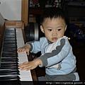 111201 (6) Bernie 彈琴.JPG
