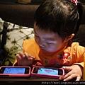 110506 (06) 玩手機的 Tinnie.JPG