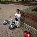 110611 (049) 拿著椅墊跟爸爸說要騎車.JPG