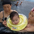 08072706 外婆 & 媽媽扶著游泳.JPG