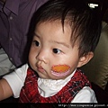 08110214 媽媽把貼紙貼在我的臉上.JPG