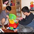08050709 兩個大朋友在玩我的玩具.JPG