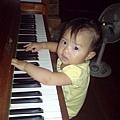 08073001 第一次彈鋼琴.jpg