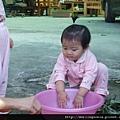 08120101 洗手準備種花.JPG