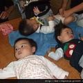 08111505 三個小孩一起換尿布.JPG