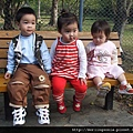 08120923 三個小孩照年齡排排坐.JPG
