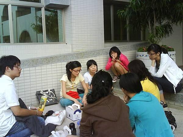 一群人,討論畢展產品品牌名稱