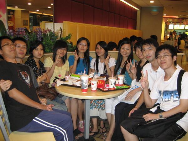 和莫名其妙認識的中大日語系的學長學姊一起吃麥當勞合影留念