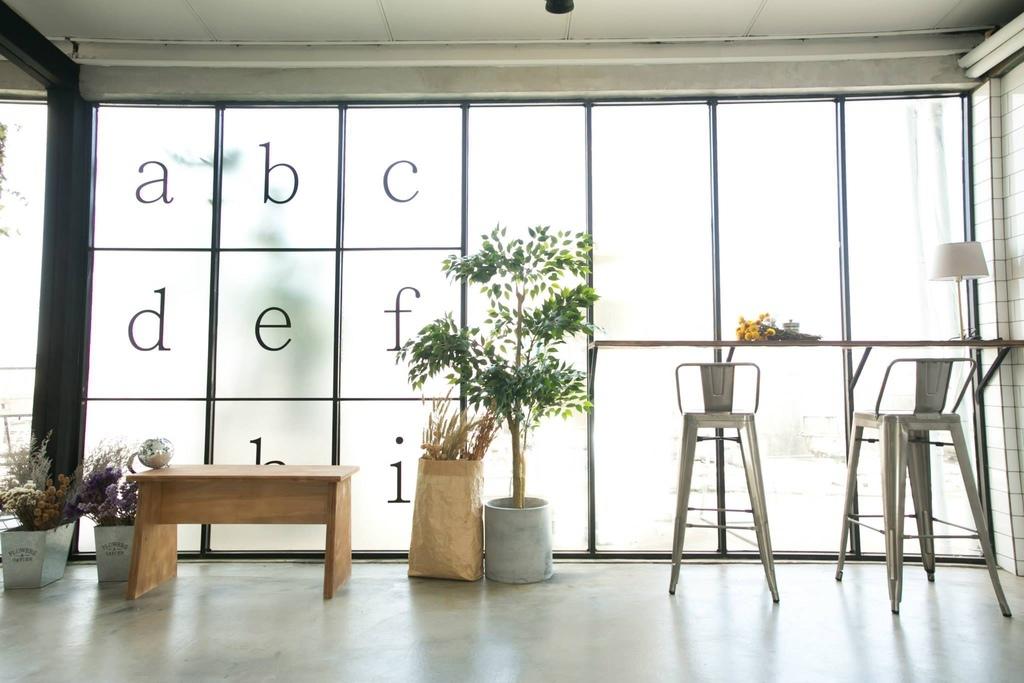 大片落地窗是Motion Extensity 最喜歡的攝影棚場景之一  大量的自然採光  讓你不需要擁有佰萬攝影燈具 也能有機會創造出和協的作品 這次介紹的 M7 輕悠空間 讓你輕鬆造出樂活時光  不論網拍攝影想拍出樂活時光 CF廣告的下午茶時光 台北咖啡廳的貴婦感 微電影的男女主角相遇的甜美感 婚紗攝影的最美新娘幸福感   ME台北攝影棚都希望盡力幫您達成 56Deco 是最強而有力的傢俱後盾 讓你一轉身 就有美景的強力推手  接下來就看看M7 攝影棚的美照吧.jpg