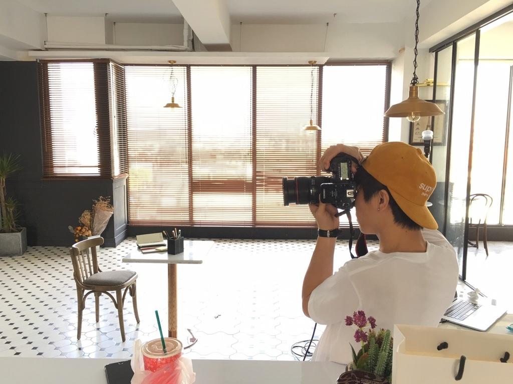 聖誕節工作節 在ME台北攝影棚 聖誕節攝影棚照常營運喔 網拍麻豆也是依然認真的拍  攝影師們也是認真的按下作品的快門