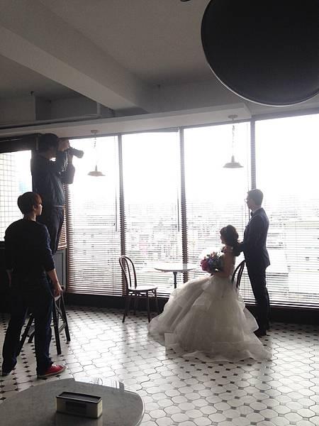 許多的網拍大廠都在ME 網拍攝影棚拍攝出熱銷的商品  更有新婚夫妻來這感受婚紗攝影棚大片落地窗帶來的自然柔光  知名舒潔網路廣告也是在這取景的喔~!!!    後面還有八個景要介紹  小助手就在這邊先行告退  讓您想像該如何在ME玩味空間 創造您要的質感與空氣感~!!!