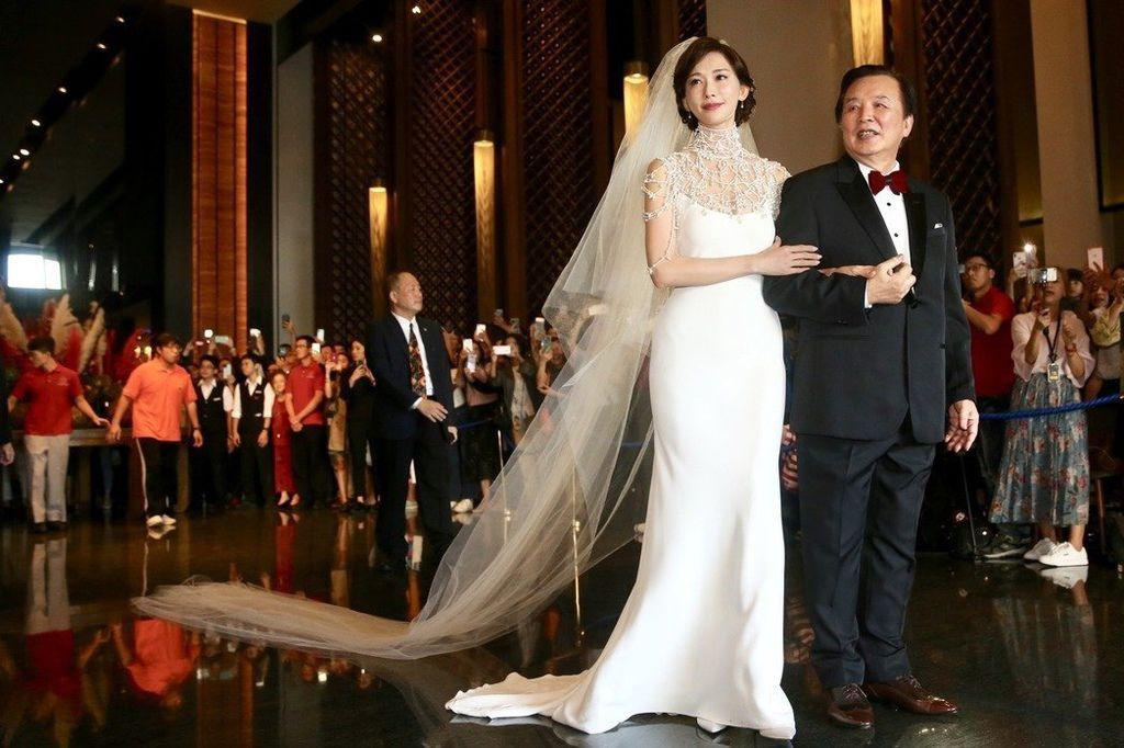 在電視、網路上看到巨星、名模們結婚所穿的華麗婚紗,當然希望自己也可以穿上那樣的夢幻婚紗呀~ 前陣子志玲姊姊婚禮時所穿的婚紗備受大家矚目>>>點進連結看看林志玲的五套超美婚紗介紹吧! 但是並不是每一個人都合適,像是身材肉肉的美人們,就不適合婚紗設計較複雜的款式,這樣才不會顯得臃腫! 台北ME攝影棚以下整理了幾種常見身型,介紹較適合的婚紗款式 希望可以幫助各位想要自助拍攝婚紗的美人們,在挑選婚紗時能夠找到最適合自己的婚紗喔~