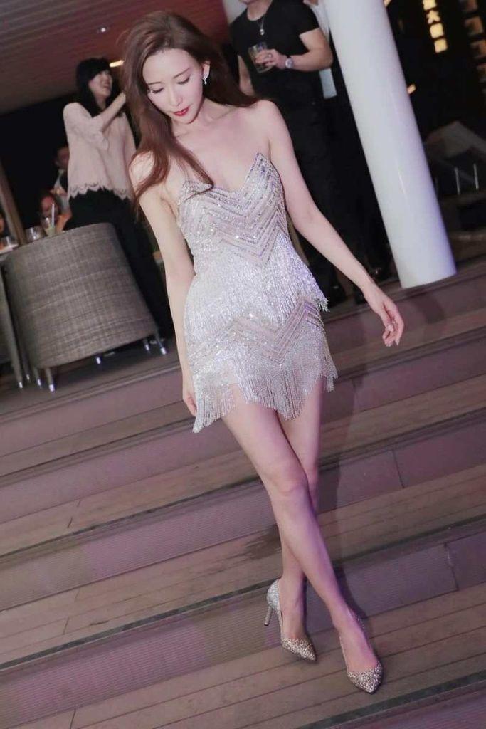 婚禮結束後After Party志玲姐姐穿上台灣品牌NICOLE + FELICIA 銀色流蘇性感風格短禮服,露出一雙纖細長腿及嫩白美肩