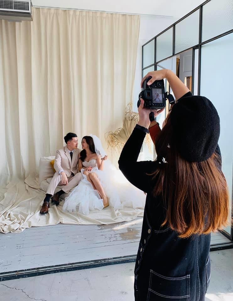 說了那麼多~該如何尋找適合自己的攝影師呢??  台北ME攝影棚整理了幾個重點給大家做參考  1. 攝影師人選:網路上越來越多關於攝影師、婚禮相關部落格及論壇等等,可以參考其他新人對於攝影師的評價  如果還不知道想要什麼婚紗照風格的話,還可以多看看婚紗作品來尋找靈感與拍攝風格方向,而找到最適合自己的攝影師喔!  2.攝影師的經歷:透過接案數量來了解攝影師的作品質量、知名度,重要的是攝影師的可靠程度!  當然也不是一定要知名的攝影師才能拍出讓人滿意的作品,大部分的自助婚紗新人們,還是以攝影師的作品為主要參考依據喔  3.攝影師的拍攝作品:再來就是攝影作品囉~建議不要參考是模特兒拍攝的作品,因為是專業模特兒所以在拍攝時  知道如何展現最美角度來呈現作品,所以在看攝影師作品時,建議參考其他結婚新人的拍攝作品,多看幾種風格照片.jpg