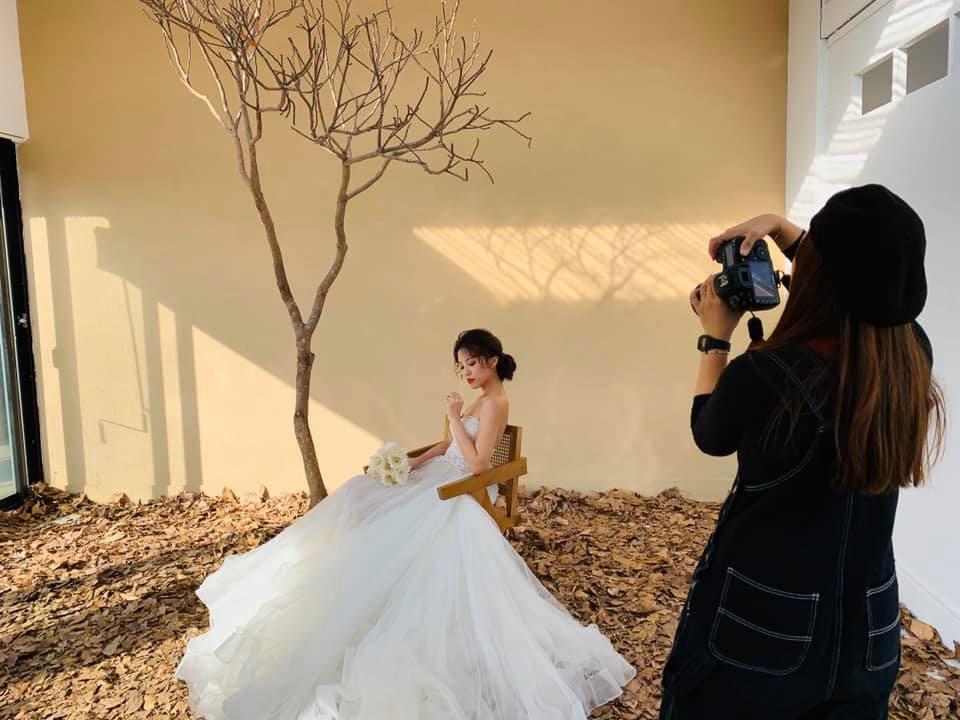 婚紗拍攝時,除了新娘秘書(造型師)之外,挑選的攝影師也是極為重要呀~~  選擇自助婚紗的新人要在事前做非常多的功課,攝影師與新娘秘書大部分是透過網路與朋友們推薦  自助婚紗需要哪些細節規劃呢?>>>自助婚紗與婚紗公司寶套有什麼不一樣呢?請點連結了解吧~  建議可以多方比較與討論,避免後續造成與自己理想風格不同而發生糾紛,好心情都打壞了一點都不值得呀~.jpg
