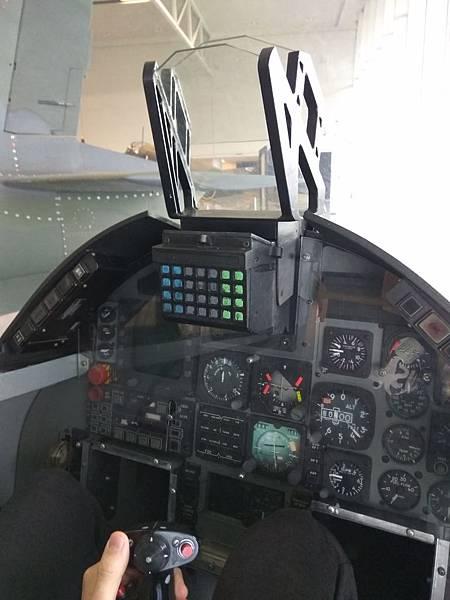 基督城景點 新西蘭空軍博物館內試坐戰機