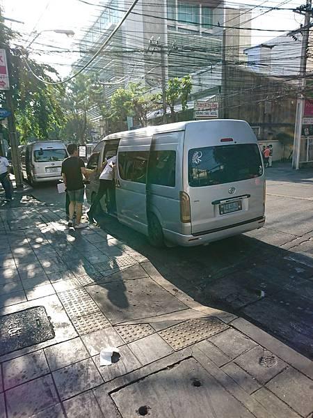 曼谷1日遊交通工具14座的Mini Van
