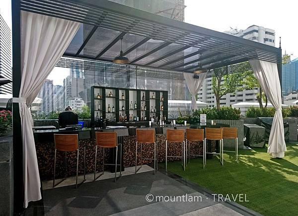 曼谷酒店: Mövenpick Hotel Sukhumvit 15 Bangkok曼谷素坤逸15巷瑞享酒店的天台花園