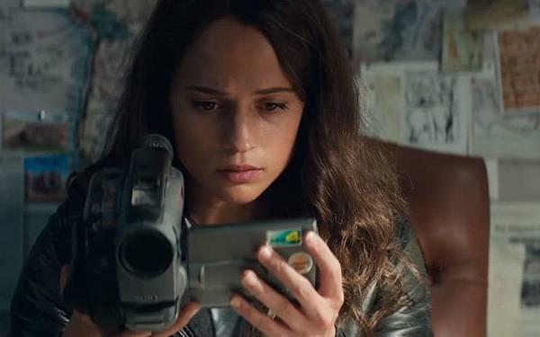 Sony-Video-Camera-Used-by-Alicia-Vikander-Lara-Croft-in-Tomb-Raider-1-800x500.jpg