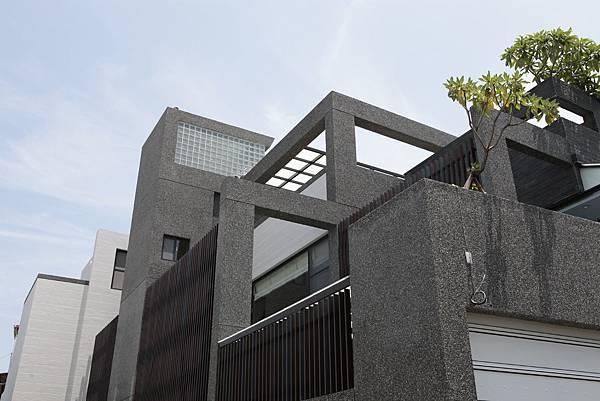 01.利用柱樑結構創造多層次的建築立面.JPG
