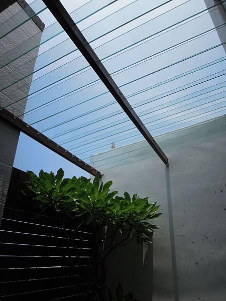 07.死角處利用玻璃變化美觀且防盜.jpg