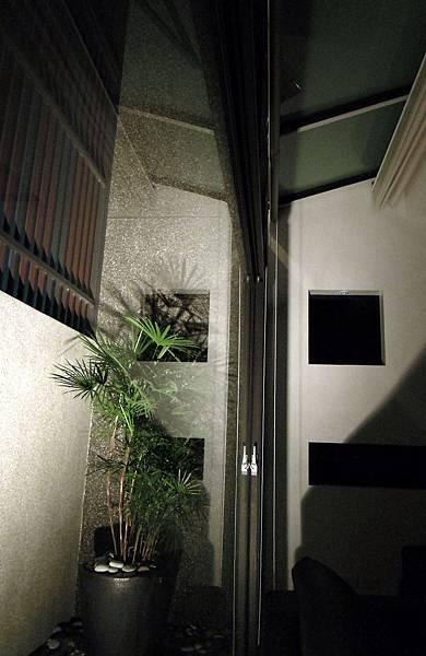 13.客廳採光庭院-夜景.jpg