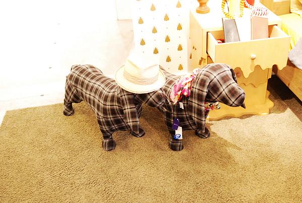 西武2館的服飾店擺飾,是臘腸耶!