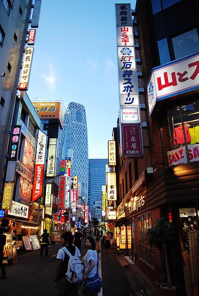 飯店過一條馬路就是歌舞伎町