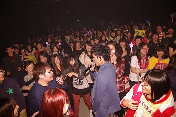 主唱嘎嘎台下與歌迷互動.JPG