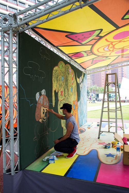 「2013封街!一ㄚ馬路 草悟道千人上街塗鴉樂」邀請知名藝術家「黃耀鋅」現場操刀作畫塗鴉,以「炎夏冰酷」為主題,呈現逗趣繽紛的冰果室主體