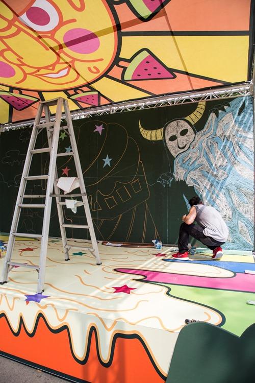知名藝術家「黃耀鋅」現場操刀作畫塗鴉,以「炎夏冰酷」為主題,呈現逗趣繽紛的冰果室主體
