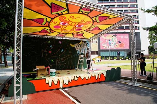 勤美璞真文化藝術基金會主辦的塗一ㄚ馬路活動除了把馬路當畫布外,也把舞台變成巨大黑板,成為藝術家揮灑的空間