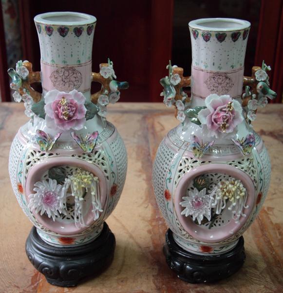 清朝瓷雕花瓶對-1