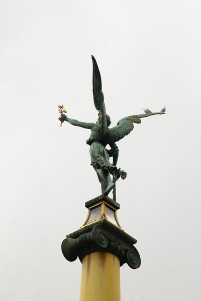 布拉格伏爾塔瓦河上雷吉橋高聳橋柱01