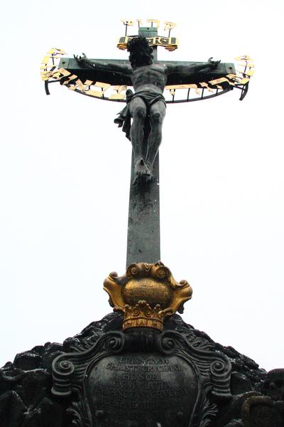 布拉格伏爾塔瓦河上查理大橋第13座雕像耶穌受難01