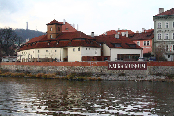 布拉格伏爾塔瓦河畔卡夫卡博物館01