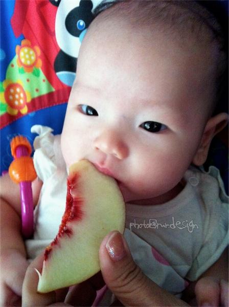 Thor第一次吃水果:水蜜桃[拍攝日:2011:8:16]-01.jpg